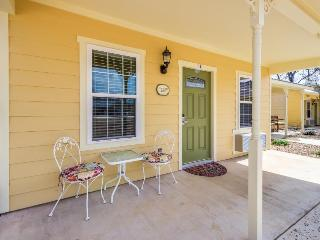 Lovely studio perfect for a couple, w/shared pool, hot tub!, Fredericksburg