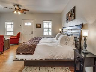 Tranquil, contemporary king suite with a shared hot tub & pool!, Fredericksburg