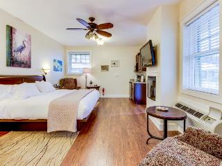 Studio suite on Main Street  - shared pool and hot tub!, Fredericksburg