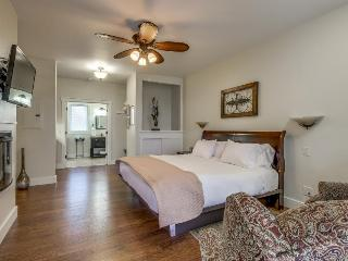 Enticing craftsman suite with a prime location & a shared pool and hot tub!, Fredericksburg