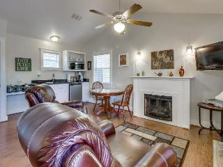 Stylish, modern cottage w/shared hot tub & pool - great location!, Fredericksburg