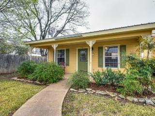 Romantic, cozy bungalow w/shared pool, hot tub & more - great location!, Fredericksburg