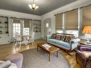 Pristine cottage w/shared hot tub, pool & wine country access!, Fredericksburg