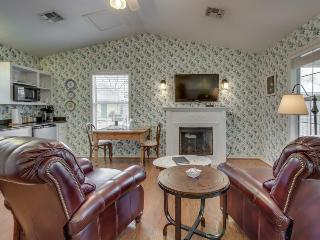 Stylish cottage w/ a jetted tub and a shared pool & hot tub, walk to everything!, Fredericksburg