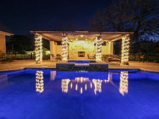 Luxurious king suite with a Jacuzzi tub & a shared pool and hot tub!, Fredericksburg