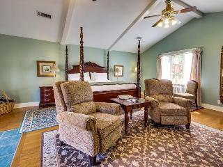 Romantic studio suite w/ kitchenette and shared pool/hot tub, Luckenbach