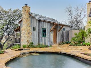 Beautiful cabin w/reclaimed wood details, private hot tub!, Luckenbach