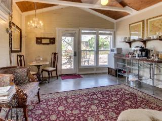 Romantic studio suite w/ a jetted tub & old-world comfort!, Luckenbach