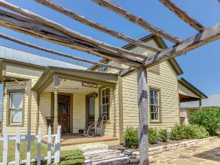 Cozy dog-friendly cottage - close to downtown's shops, dining, & wineries!, Fredericksburg
