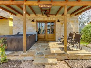 Romantic studio cottage with a private hot tub and fireplace - one dog welcome!, Luckenbach