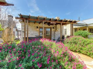 Dog-friendly cabin w/a private hot tub, wet bar, & more!, Luckenbach
