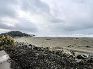 Dog-friendly oceanfront home w/ a hot tub & beach access!, Gold Beach
