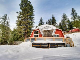 Quiet, charming, dog-friendly geodesic home w/ private hot tub, Leavenworth