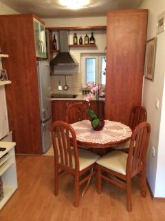 H(4): kitchen and dining room