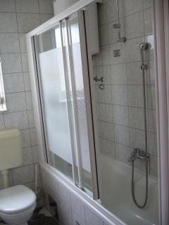 A3 PRIZEMLJE(4+2): bathroom with toilet