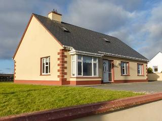 THE COTTAGE, detached, pet-friendly, gardens, open fire, stove, near Quilty, Ref 932070