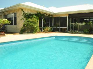 Halls Head Home with sparkling pool, sundeck,barbecue & 3 min walk to beach