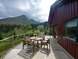 Chalet with spectacular loch and mountain views, Crianlarich