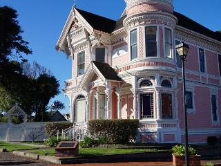Famous Pink Lady - Classic Victorian Mansion -  Step into another time..., Eureka