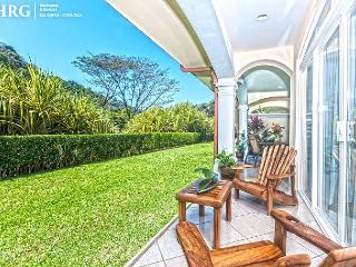 Family Friendly Luxury Condo, Daily Maid + Concierge service & beach club!