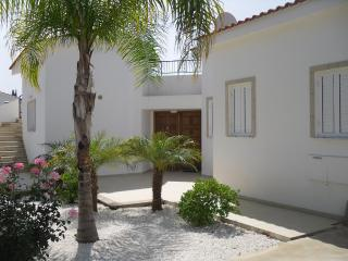 3 bdr villa in a 200 m from sandy beach, Peyia