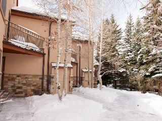 Enjoy the snow! Spacious 2 bedroom + Loft Townhome close to Vail Village