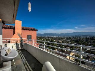 Chic & Spacious Home with Stunning Views in Trendy Los Feliz – Sleeps 4, Los Angeles