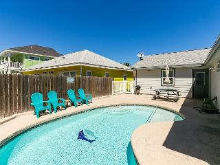 Diving Dolphin Pet Friendly Home!  Fully fenced in yard! Private Pool!, Port Aransas