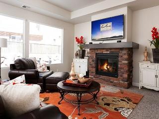 Absolute perfection! Brand new home, sleeps 8, 1 level, fireplace, gorgeous!, Washington
