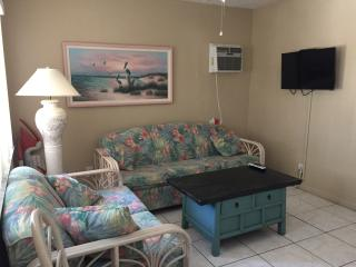 Cozy and Clean, 1/2 Block from Beach and Fun, Fort Myers Beach