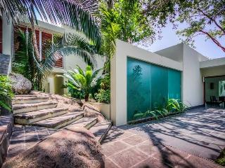 Jungle Retreat for Couples & Families, Heated Pool & Jacuzzi, 7 Min. Stroll to Sandy Beach, Puerto Vallarta