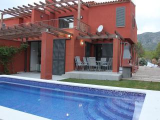 VILLA JUANILLO;preciosa Villa; 4 dormitorios; 3 banos completos; piscina privada
