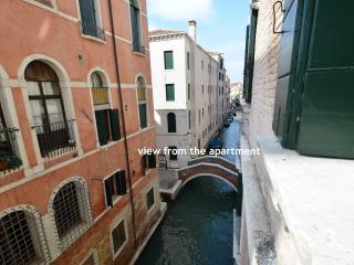 WINONA recently-restored, spacious apartment, canal view, 2beds, aircond, wifi, Venecia
