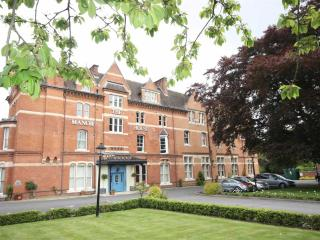 Leamington Spa Luxury Apartment - Free Secure Parking - Gated Grounds - Central