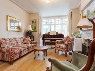 A spacious two-bedroom house in idyllic Mortlake., Londen