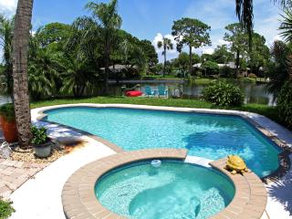Tropical Canal Front Home with Pool, San Petersburgo