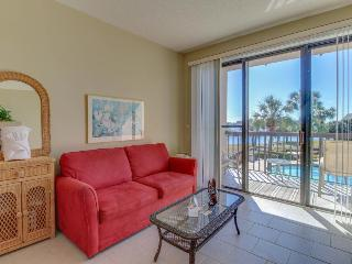 Well-appointed condo w/shared pool - snowbirds welcome!, Fort Walton Beach