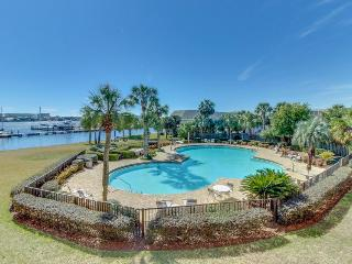 Well-appointed condo w/shared pool - snowbirds welcome!