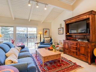 Sunny townhouse w/ views, summer pool, & ski bus pick-up!, Sun Valley