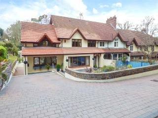 PILGRIMS, pet-friendly, short walk to beach, luxury property, Saundersfoot, Ref 934479