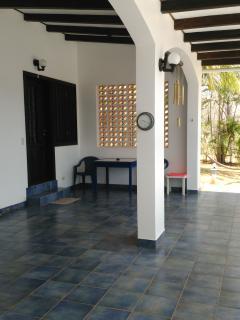 Voilà l'entrée de votre chambre avec sa terrasse