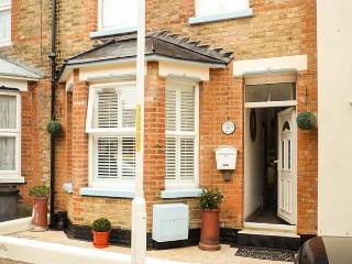 BOB COTTAGE, WiFi, close to beach, courtyard garden, Ramsgate,Ref 931064