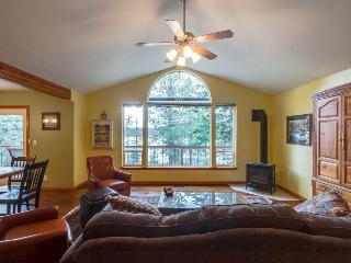Dog-friendly family getaway with two canoes, a rec room & lake access nearby!, Harrison