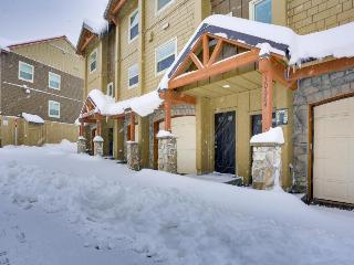 Tasteful condo steps from slopes with shared hot tub & pool, Government Camp
