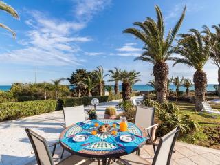 Barbara, villa located 10 m from the sea