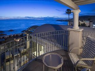 Oceanfront 2 bdrm located in the village, spectacular ocean views., Laguna Beach
