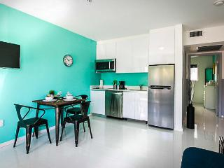 Cool condo, steps to Lincoln & beach., Miami Beach