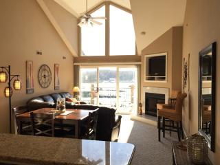 Cedar Glen Penthouse - 3 BR + Loft Sleeps 12, Camdenton