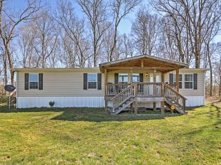 'Piney Cave' Pristine 2BR Dickson House w/Wifi, Gaming Tables, Private Hot Tub & Calming Views from the Spacious Deck - Perfect Location Near the Piney River! 45 Minutes from Nashville!