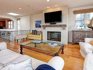 BEAUTIFULLY FURNISHED 4 BEDROOM, 2.5 BATHROOM TOWN-HOME, Manhattan Beach